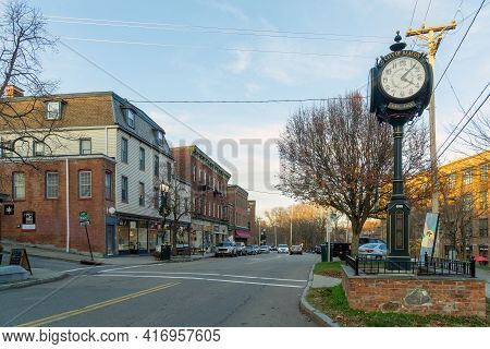 Beacon, Ny - Usa - Nov. 29, 2020: Landscape View Of The Corner Of Main Street And South Street In Be