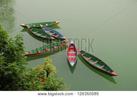 NEPAL, barche ormeggiate sulla riva del lago di Pokhara.