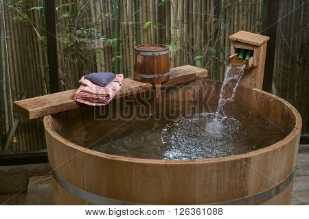 Onsen series : wooden bathtub with pink yukata
