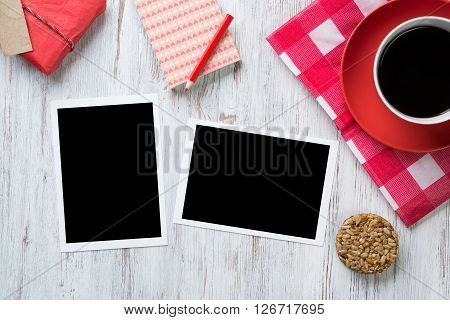 Coffee cup on napkin photos and pen on wooden table