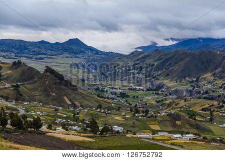 Valle de Zumbahua, campos cultivados y pequeñas granjas