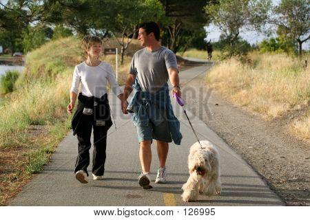 Paar Spaziergang mit ihrem Hund