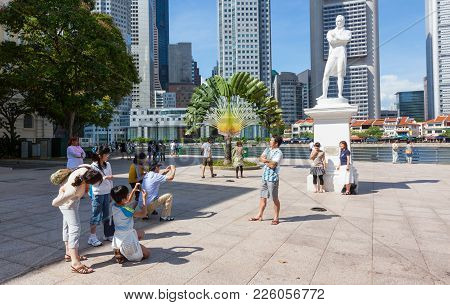 Singapore - August 18, 2009: Tourists Taking Photos At The Statue Of  Sir Thomas Stamford Raffles In