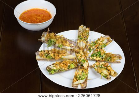 Barbecue Razor Shell With Onion, Peanut, Salt, Chili, Grease, Rum Wine. Asian Food