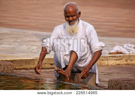Fatehpur Sikri, India-november 9: Unidentified Man Washes His Feet In A Pool In The Courtyard Of Jam