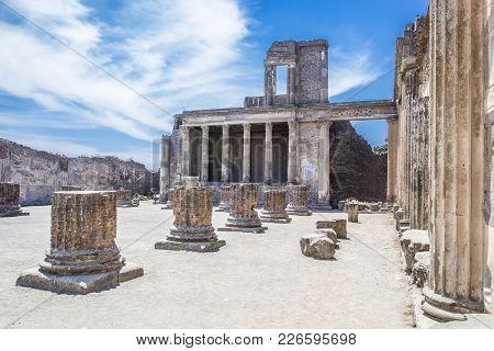 Ancient Ruins In Pompeii - Colonnade In Courtyard Of Domus Pompei In Via Della Abbondanza, Naples, I