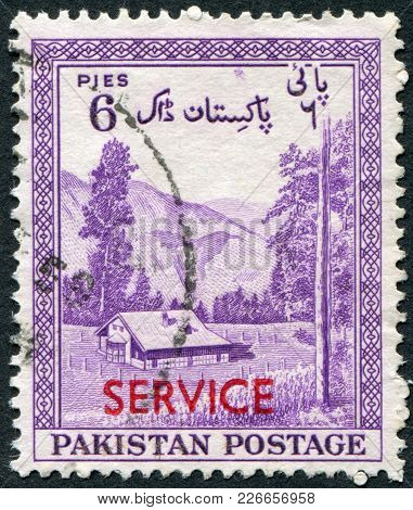 Pakistan - Circa 1954: A Stamp Printed In The Pakistan, Is Dedicated To The 7 Th Anniversary Of Inde