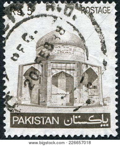 Pakistan - Circa 1985: A Stamp Printed In The Pakistan, Shows The Mausoleum Of Ibrahim Khan Makli, C