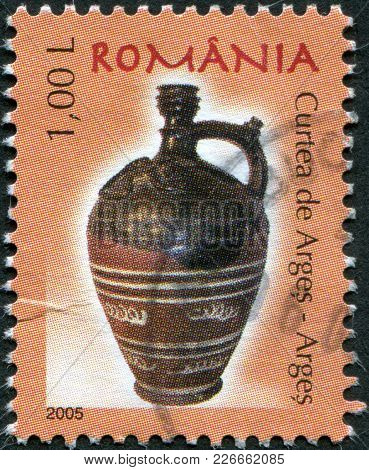 Romania - Circa 2005: A Stamp Printed In The Romania, Shows The Curtea De Arges, Arges, Circa 2005
