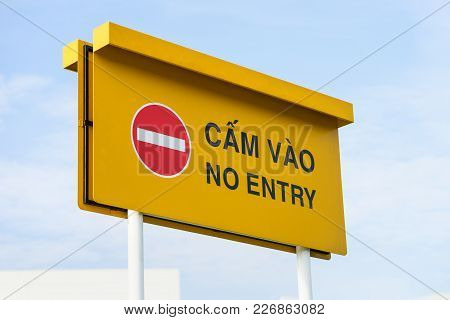 No Entry Sign Bilingual English And Vietnamese