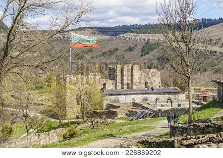 Veliko Tarnovo,bulgaria, April 04 2015: Group Of Tourist Visiting The Ruins Of The Tsarevets Strongh