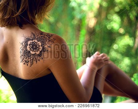 Henna Tattoo Design On Shoulder Back. Beautiful Indian Ornaments Painted On A Body Part