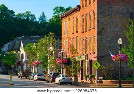 Chagrin Falls, Oh: - June 28, 2015: North Main Streen In Chagrin Falls Is Lined With Popular Shops A
