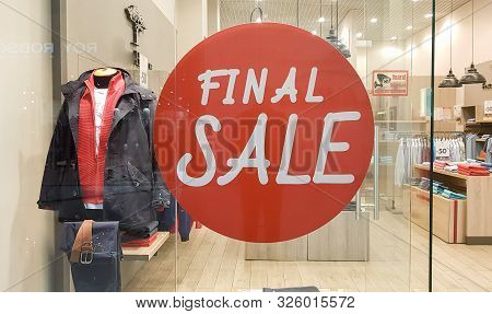 Ukraine, Kiev - October 5, 2019: Final Sale Banner In A Clothing And Shoe Store. Shopping Sign Disco