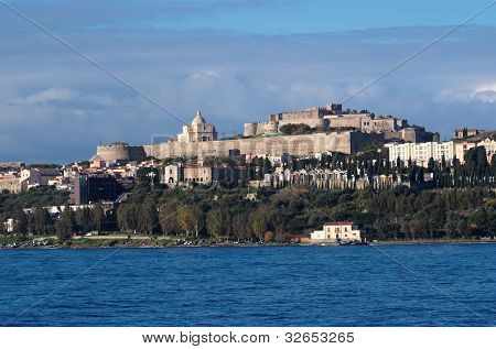 Blick vom Meer von Milazzo Stadt in Sizilien Italien mit mittelalterlichen Burg auf dem Hügel
