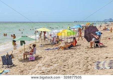Sunny Isles Beach, Usa - Aug 17, 2014: People Enjoy And Relax Near The Pier In Sunny Isles Beach, Us