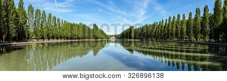 Sceaux, France - August 30 2019: Panoramic View Of Grand Canal In Parc De Sceaux In Summer - Hauts-d