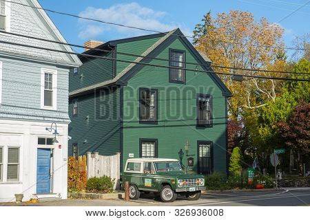 New Castle, Nh, Usa - Oct. 21, 2018: Historic Great Island Inn And Antique Ford Bronco Wagon First G