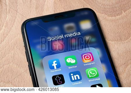 Titel: Ostersund, Sweden - April 16, 2021: Social media app icons Social media are applications that allow people to share content.