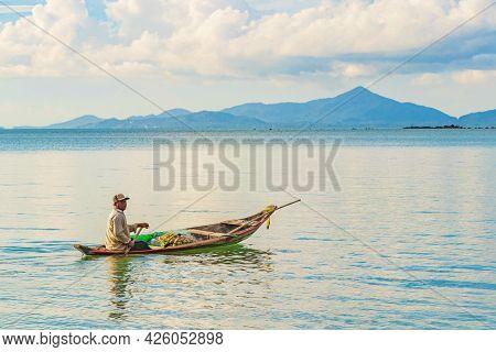 Surat Thani Thailand 25. Mai 2018 Fisherman With Boat And Koh Pha-ngan Landscape Panorama On Koh Sam