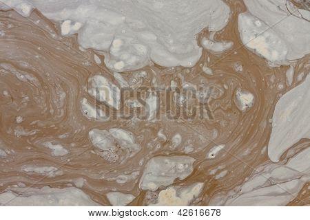 schmutzige Wasserpfütze
