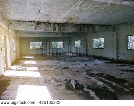 Abandoned Building Abandoned Room With Cracked Walls And Peeling Paint There Is Water Inside The Hor