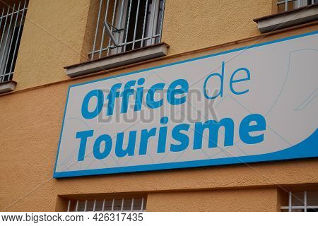 Toulouse , Ocitanie France  - 06 30 2021 : Office De Tourisme French Tourism Office Wall Text And Si
