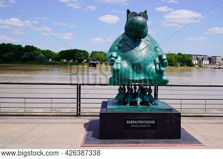 Bordeaux , Aquitaine France  - 07 04 2021 : Exhibition Le Chat Deambule The Cat Walks With Birds Scu
