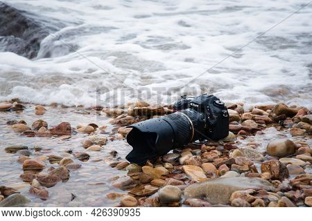 Rayong, Thailand - May 28, 2017 : Unidentified Photographer Demo Waterproof Dslr Camera With Telepho