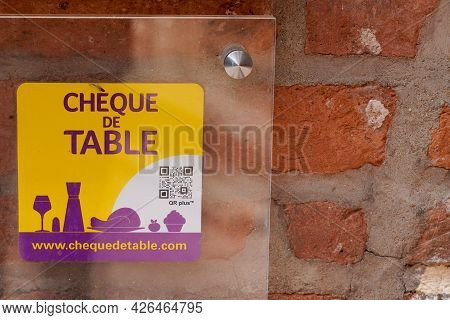 Bordeaux , Aquitaine France  - 07 04 2021 : Cheque De Table Logo Brand And Text Sign On Windows Door