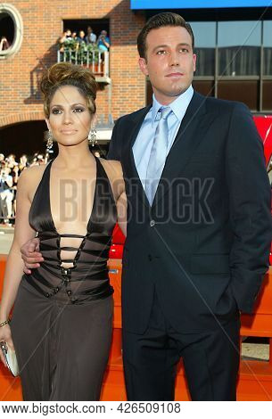 LOS ANGELES - JUL 23: Jennifer Lopez and Ben Affleck arrives for the ÔGigliÕ Hollywood Premiere on July 23, 2003 in Westwood, CA