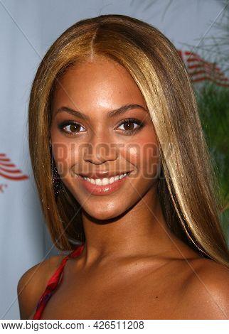 LOS ANGELES - JUN 12: Beyonce Knowles arrives to  AFI Lifetime Achievement Award honoring Robert DeNiro on June 12, 2003 in Hollywood, CA
