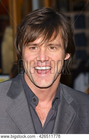 LOS ANGELES - MAY 14: Jim Carrey arrives to  ÔBruce AlmightyÕ World Premiere on May 14, 2003 in Hollywood, CA