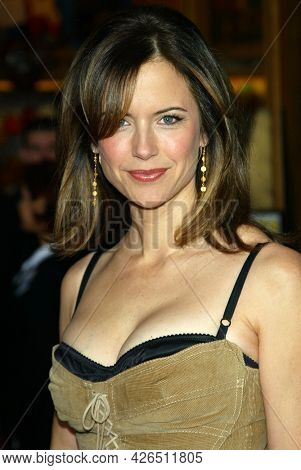 LOS ANGELES - MAY 14: Kelly Preston arrives to  ÔBruce AlmightyÕ World Premiere on May 14, 2003 in Hollywood, CA