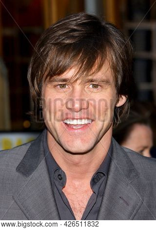 LOS ANGELES - MAY 14: Jim Carrey arrives to  'Bruce Almighty' World Premiere on May 14, 2003 in Hollywood, CA