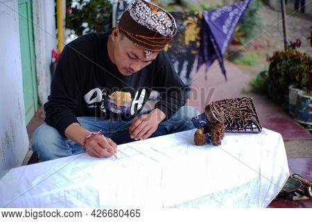 Pasuruan, Indonesia. June 2021. Close Up Of A Man Making Batik Typical Of The Bromo Tengger Tribe. Y