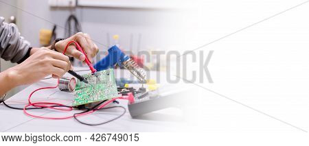 Close Up Of The Hand Men Hold Tool Repairs Electronics Manufacturing Services,repair Of Electronic D