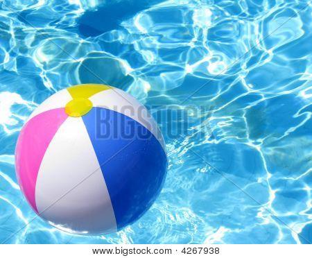 Пляжный мяч в бассейн