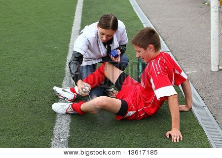 Medicak help to football player