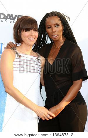 LOS ANGELES - JUN 29:  Aubrey Plaza, Tasha Smith at the Mike And Dave Need Wedding Dates Premiere at the Cinerama Dome at ArcLight Hollywood on June 29, 2016 in Los Angeles, CA