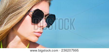 Closeup Fashion Beautiful Woman Portrait Wearing Sunglasses. Portrait Of Happy Teenage Girl In Sungl