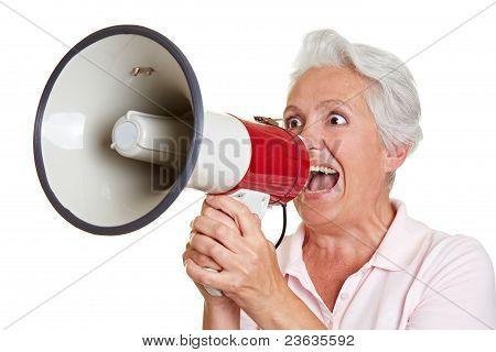Seniorin Benutzt Megafon