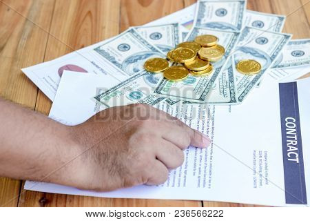 Businessman Are Point At The Documents To Read The Agreement In The Financial Management Of Professi