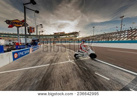 April 06, 2018 - Avondale, Arizona, USA: The Verizon IndyCar Teams prepare to qualify for the Desert Diamond West Valley Casino Phoenix Grand Prix at ISM Raceway in Avondale, Arizona.