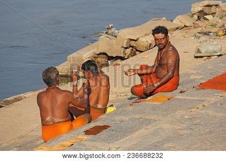 India, Hampi, 02 February 2018. Bath Day On The River In The Village Of Hampi - Tungabhadra. The Man