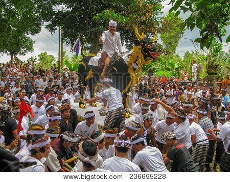Ubud, Bali, Indonesia, July 2017 Local People Joined The Ceremony Cremation At The Village