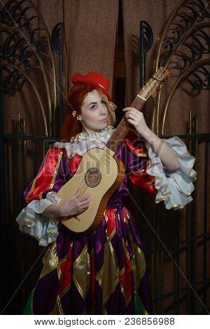 Colombina  Plays Vihuela