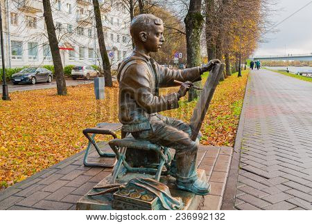 Veliky Novgorod, Russia -october 17, 2017. Bronze Sculpture Of The Painter Boy At The Embankment Of