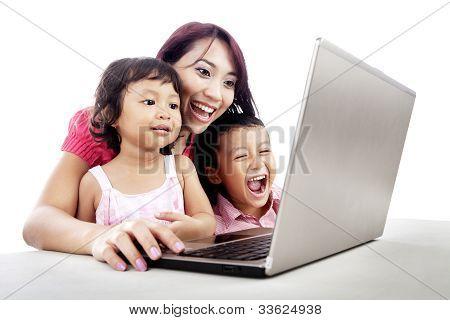 Familia feliz usando Laptop