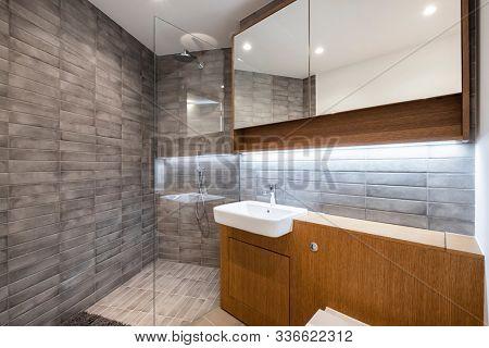 contempoaray en suite bathroom with three piece suite and wooden elements